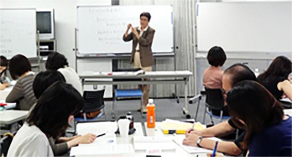 少人数制で学べる実践重視の12日間通学カリキュラム